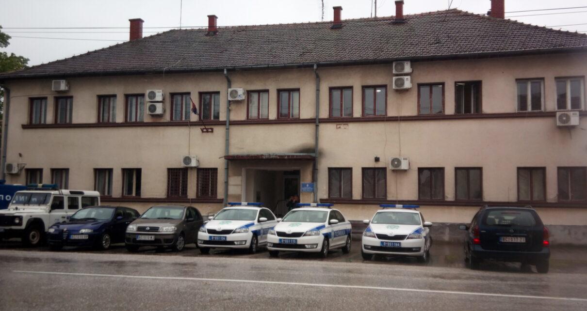 Policijska stanica u Bogaticu D.Grujic 1210x642 - ПОЛИЦАЈЦИ ИЗ БОГАТИЋА У ФИЛМСКОЈ АКЦИЈИ ПОХАПСИЛИ РАЗБОЈНИКЕ