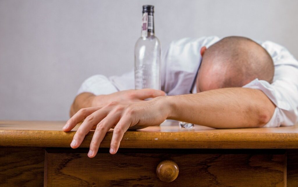 Alkoholizam 1024x642 - ОДНОСИ У АЛКОХОЛИЧАРСКОЈ ПОРОДИЦИ УТИЧУ НА МОДЕЛЕ ПОНАШАЊА ДЕЦЕ