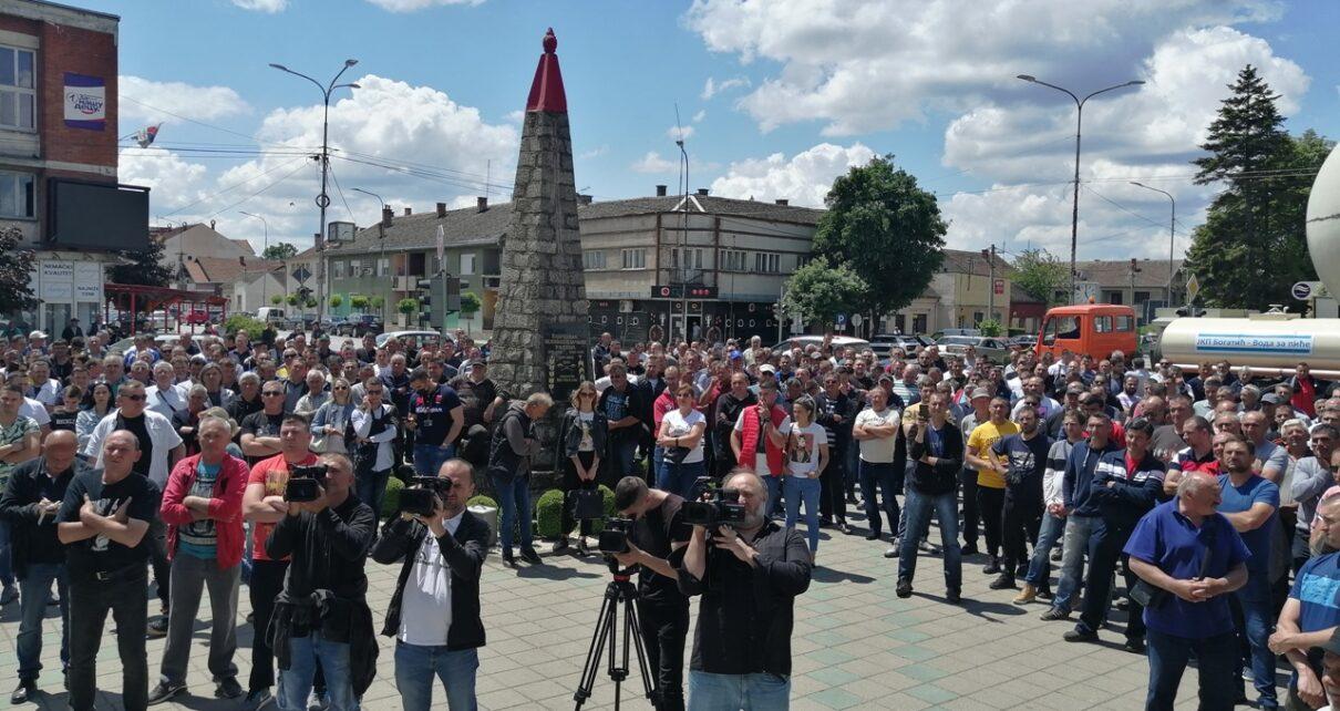 Protest 1210x642 - СТОЧАРИ ПРОТЕСТВОВАЛИ ЗБОГ НИСКИХ ЦЕНА ТОВЉЕНИКА, НЕДИМОВИЋ НАЈАВИО СТАБИЛИЗАЦИЈУ ТРЖИШТА И СТРАТЕГИЈУ СВИЊАРСТВА (ФОТО-ВИДЕО)